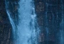 地球是神奇的,总能创造出一些美丽的景色,在大自然的鬼斧神工下,瀑布就是一种十分独特的景色