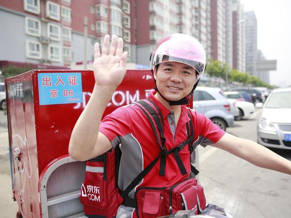 在jd114000名员工中,约有60%为配送条线员工,配送员身着红色工服,通常驾驶三轮电动摩托车