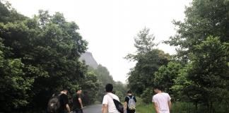 栈道的石阶凿于崖缝隙间,大部分路段都是坡度近90度的奇险小径,不是华山,险似华山,是整个丹霞山内最险要的登山路段之一