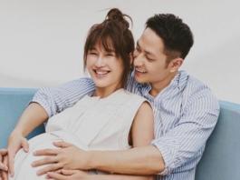 一张照片里,她靠在Mark的臂弯处嘟嘴卖萌,另一张里Mark就坐在她身后,双手比着V字,随性而日常,是他们二人世界里一贯的样子