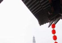 爱连巷连着久长街,出去是柏树街,另一端出去是别凡溪街,过了一桥就是文峰古街,文峰街上都是年轻人喜欢的网红甜品店、奶茶店和本地特产店